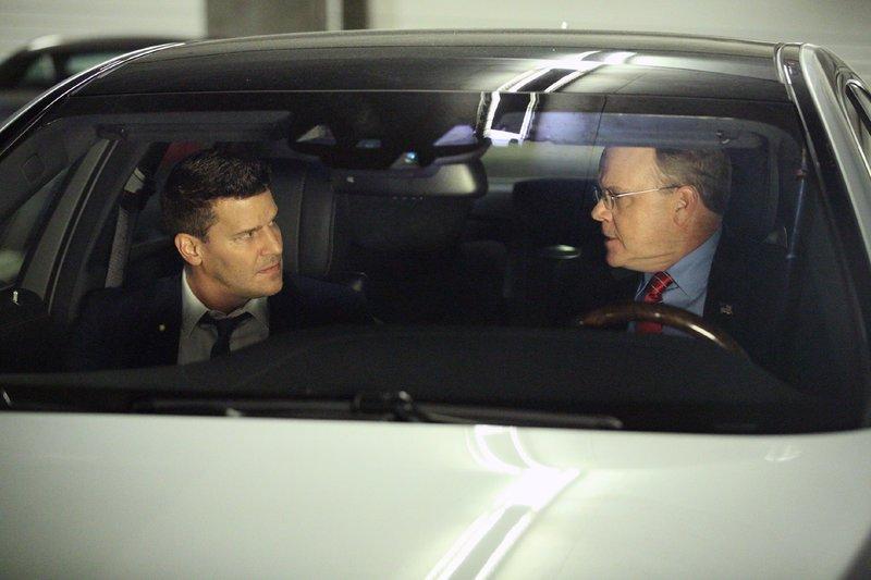 Der Abgeordnete Efran Hadley (Peter Mackenzie, r.) erklärt Booth (David Boreanaz), dass seine Anhörung reine Formsache sei. – Bild: TVNOW / FOX