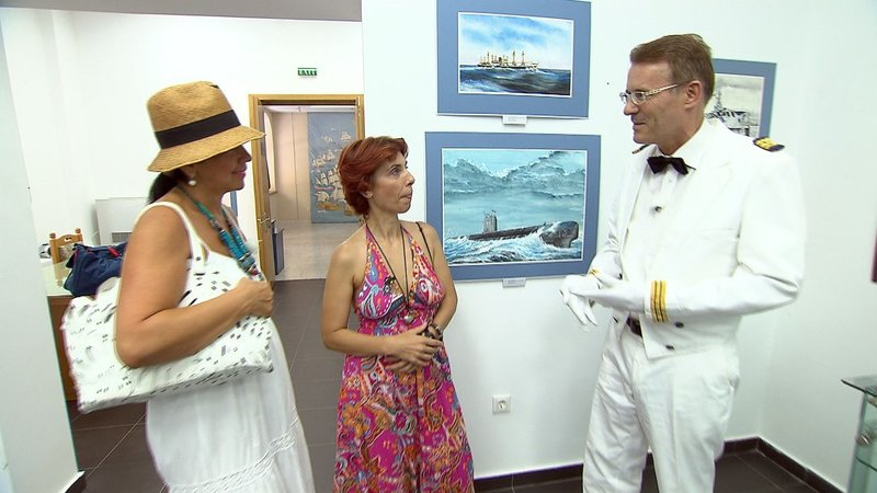Walther (53) aus Berlin ist in Hochform: Bei einem Date in einem rumänischen Marinemuseum kann er mit Kapitänsuniform und Seemannsliedern auftrumpfen – Bild: RTL II