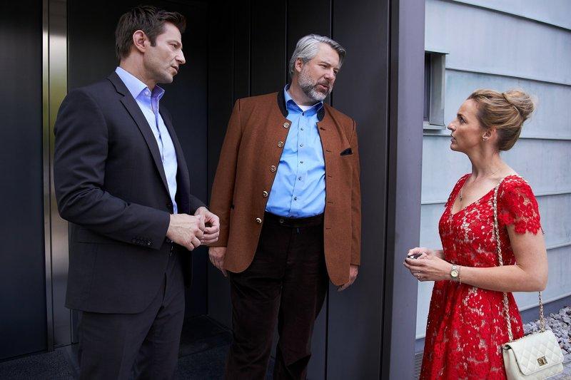 Die Kommissare Hansen (Igor Jeftic, l.) und Stadler (Dieter Fischer, M.) treffen bei ihren Ermittlungen auf Antje Sperl (Deborah Müller, r.), deren Ehemann der Ex-Freund des Mordopfers ist. – Bild: ZDF und Bojan Ritan.