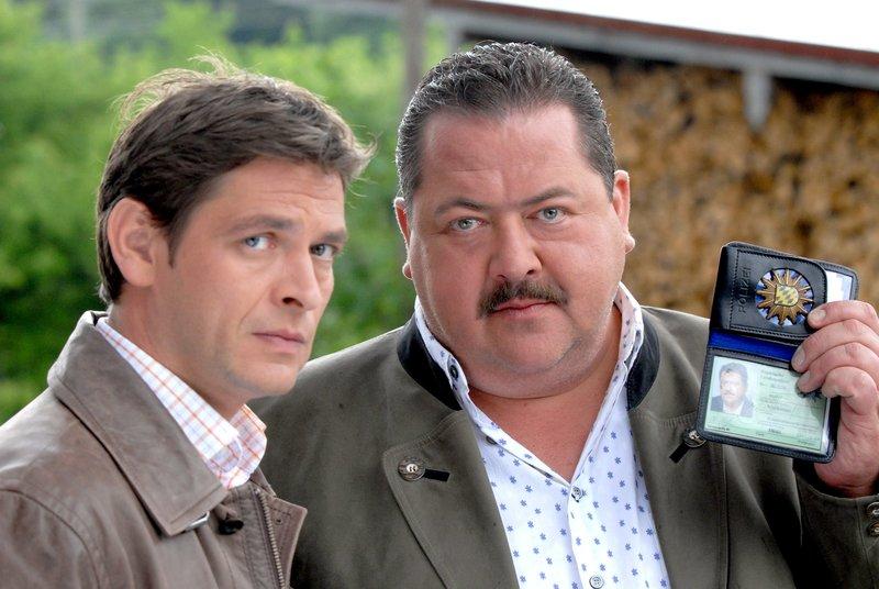 Sie sind wieder im Einsatz gegen das Verbrechen: Die Rosenheim-Cops Christian Lind (Tom Mikulla, li.) und Korbinian Hofer (Joseph Hannesschläger). – Bild: ORF 2