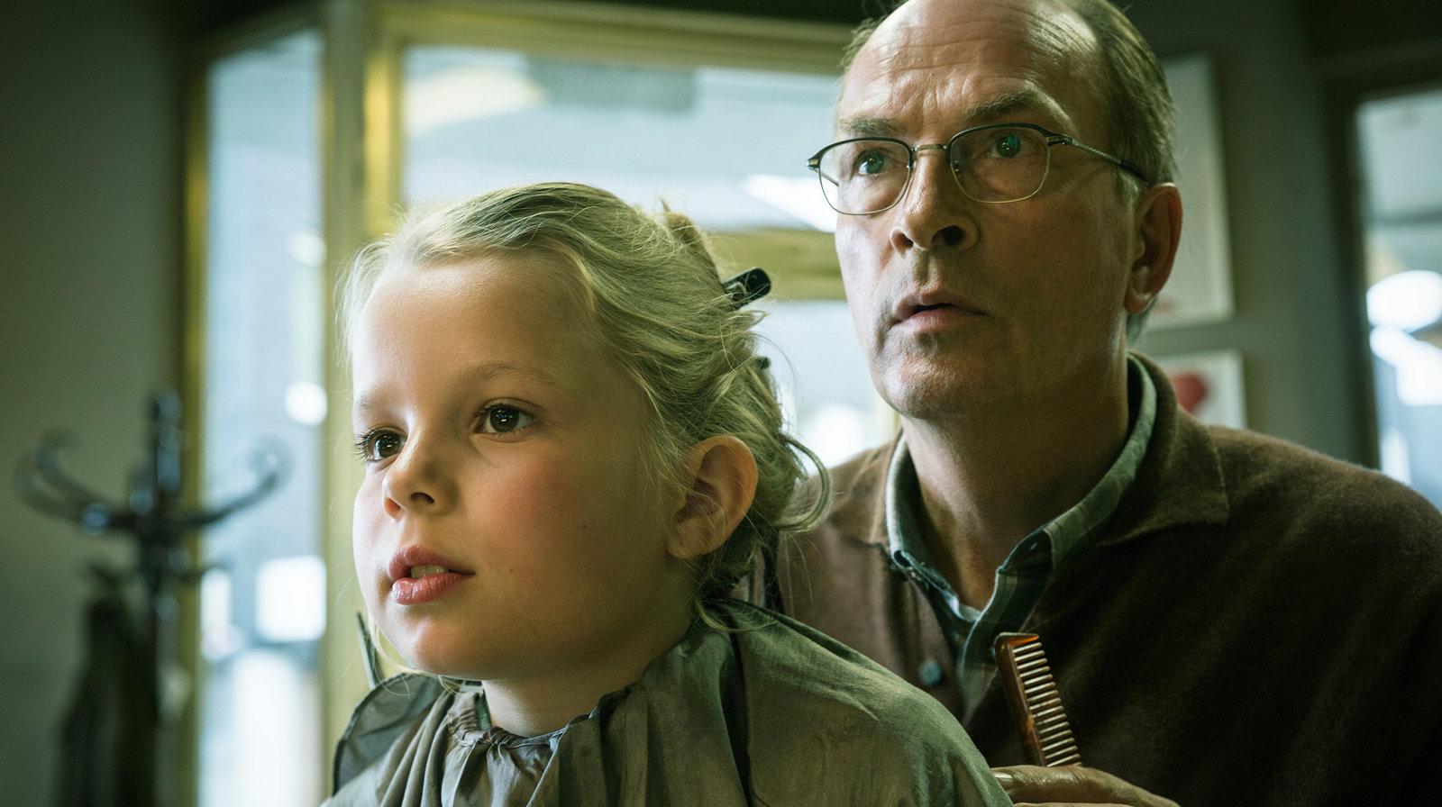 Karl Holzer (Herbert Knaup) ist entsetzt, welche Lieder seine kleine Enkelin Nora (Eve Marie Gleißner) singt. – Bild: WDR/Thomas Kost