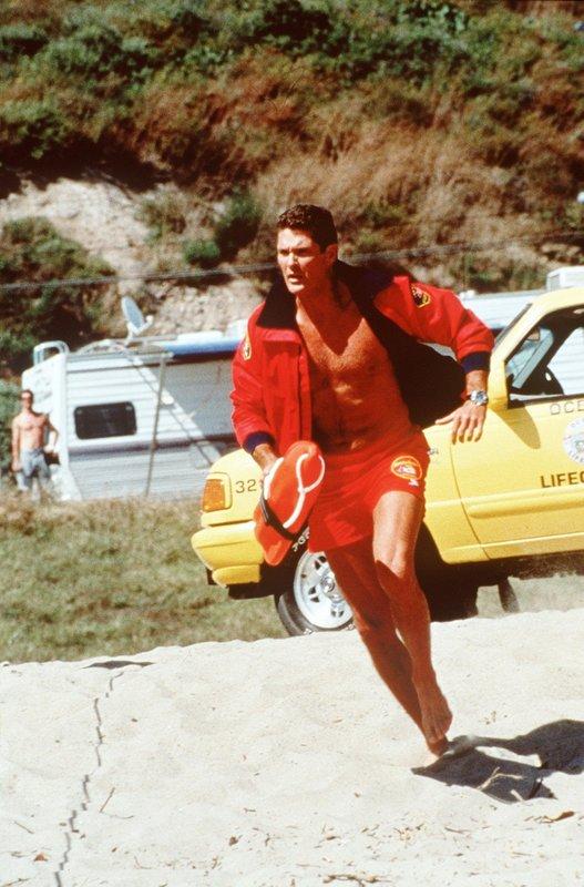 Mitch (David Hasselhoff) muss sich beeilen. Bei jedem Rettungseinsatz kann ihm ab sofort ein privates Rettungs-Unternehmen zuvorkommen. – Bild: Nitro.