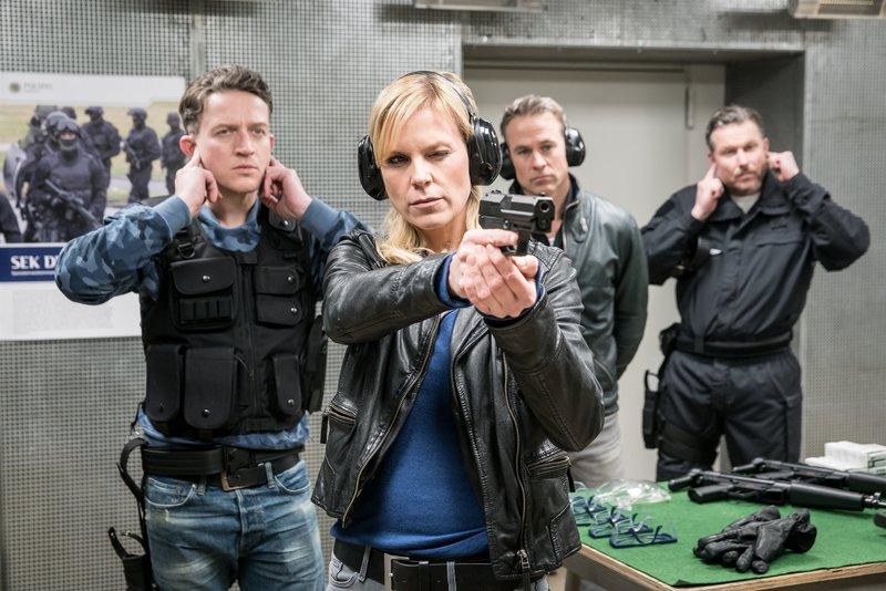 Marcel Rekowski (Josef Heynert, l.), Ina Zimmermann (Melanie Marschke, 2.v.l.), Jan Maybach (Marco Girnth, 2.v.r.) und Kai Hermann (Dirk Borchardt, r.). – Bild: ZDF und Uwe Frauendorf