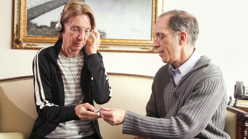 Alzheimerpatientin Marylou und Dan Cohen. – Bild: ORF