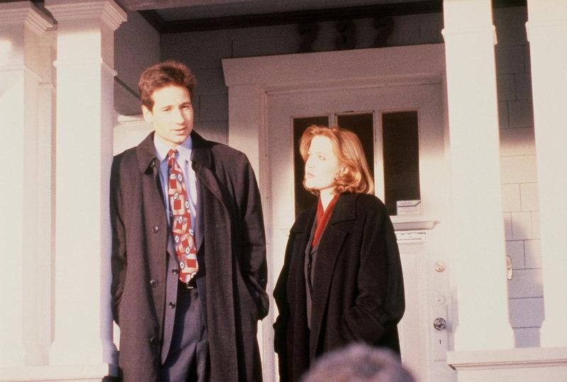 Mulder (David Duchovny, l.) und Scully (Gillian Anderson, r.) untersuchen eine Mordserie, bei der drei identisch aussehende Ärzte in verschiedenen Orten Brandanschlägen zum Opfer gefallen sind. – Bild: ProSieben MAXX