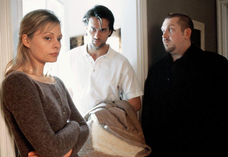 Freddy Schenk (Dietmar Bär, r.) verdächtigt Dagmar Nehls (Susanna Simon), die mit Lotz (Ralf Bauer, Mitte) ein Verhältnis hat, des Mordes. – Bild: WDR/Bernd Spauke