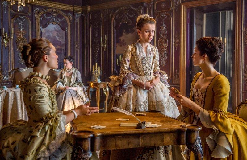"""""""Outlander - Die Highland-Saga"""", """"Täuschungen und Rätsel."""" Während Jamie eifrig darum bemüht ist, Prince Charles hinzuhalten, streckt Claire innerhalb der weiblichen Hofgesellschaft ihre Fühler aus. Dabei lernt sie die zukünftige Ehefrau von 'Black Jack' Randall, die junge Mary Hawkins, kennen. Schlagartig schlittert Claire in ein Dilemma: Stirbt Randall, bevor er und Mary ein Kind zeugen, würde ihr Mann Frank in der Zukunft gar nicht existieren. Schließlich ist er ein direkter Nachkomme der beiden. Unterdessen sieht es ganz danach auch, als hätte Prince Charles bereits genügend Geldmittel für die Rebellion gegen die britische Krone aufgetrieben.Im Bild (v.li.): Claire Sermonne (Louise de Rohan), Rosie Day (Mary Hawkins), Caitriona Balfe (Claire Randall Fraser). – Bild: ORF 2"""