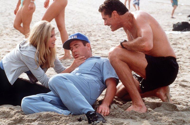 Jessie (Brooke Burns) hat die Nervensäge Ed (Jeff Altman, M.) als Trainer engagiert. Mitch (David Hasselhoff) lacht über den Mißgriff. – Bild: Nitro.