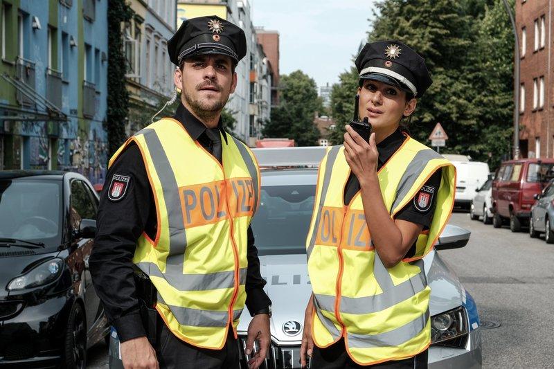 Kris (Marc Barthel, l.) und Pinar (Aybi Era, r.) erhalten über Funk eine Warnung zu einem Verkehrsrowdy. – Bild: ZDF und Marion von der Mehden.