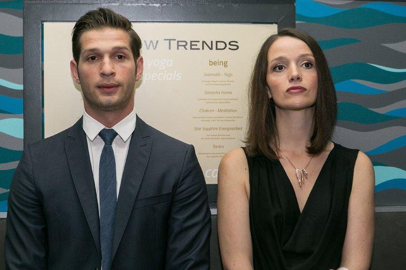 Während Jenny (Kaja Schmidt-Tychsen) frustriert glaubt, dass Deniz (Igor Dolgatschew) froh ist, wenn er sie endlich los ist, sieht Deniz Jenny plötzlich mit anderen Augen... – Bild: RTL Passion
