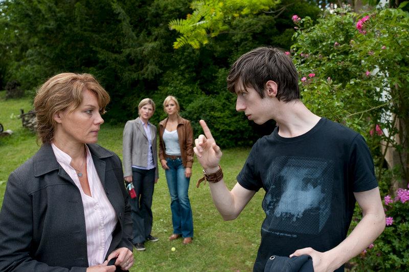 Haushaltshilfe René Gillwald (Max Mauff, r.) droht der Betreuerin Susanne Koch (Maike Bollow, l.) und gerät so bei Martina Seiffert (Astrid M. Fünderich, 2.v.l.) und Anna Badosi (Nina Gnädig, 2.v.r.) unter Verdacht. – Bild: ZDF