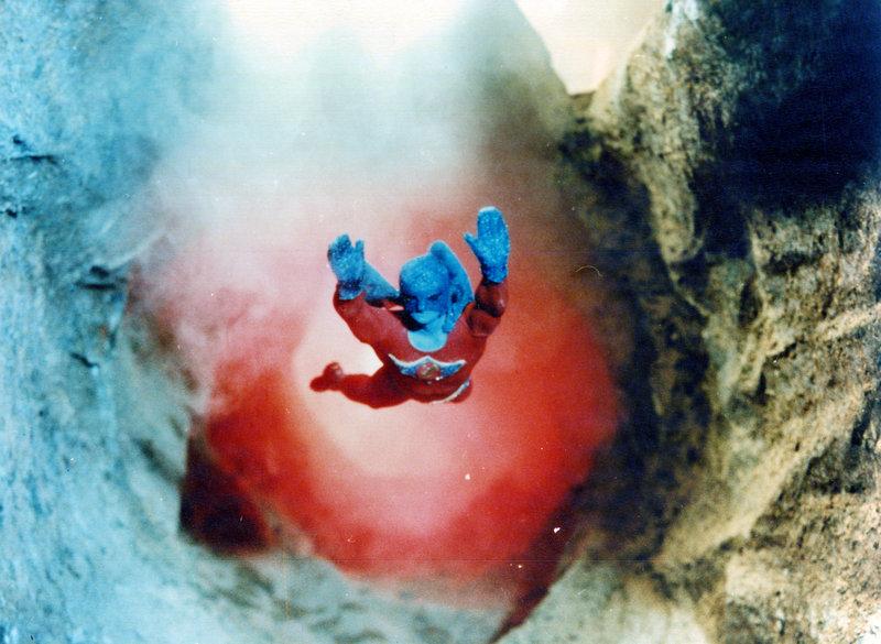 Der Supersonic Man (José Luis Ayestarán) wird auf die Erde geschickt um diese vor dem rößenwahnsinnigen Dr. Gulk zu retten. – Bild: Surf Film / TMG