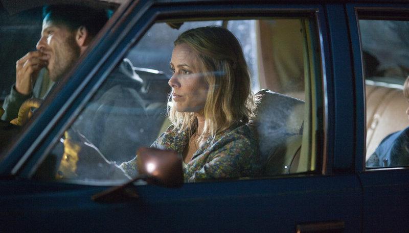 Lorraine (Maria Bello) versucht die Nerven zu behalten, um den Verbrecher Roy (Stephen Dorff) nicht zu reizen und damit ihren Sohn Chad (Connor Hill, li.) zu gefährden – Bild: ARD Degeto