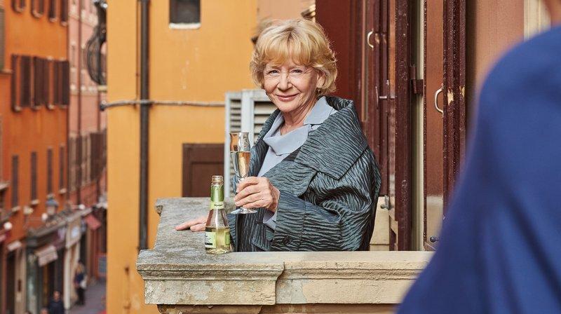 Helga (Christine Schorn) ist ein Genussmensch. – Bild: ARD Degeto/Reiner Bajo