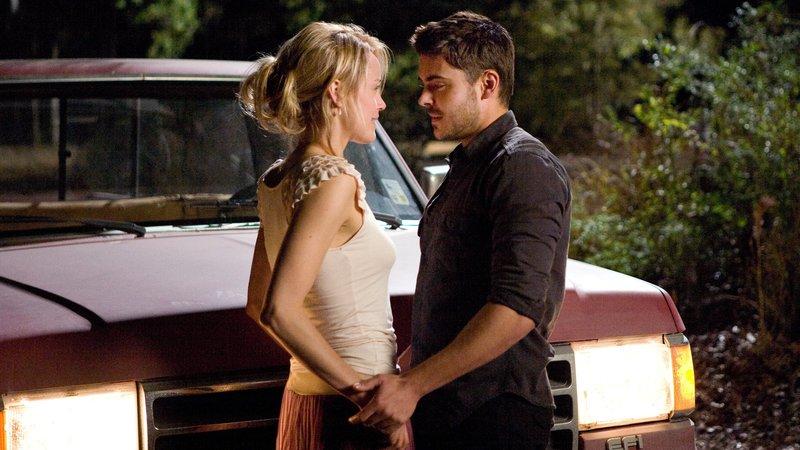 Beth (Taylor Schilling) und Logan (Zac Efron) haben ein romantisches Rendezvous – Bild: RTL Zwei