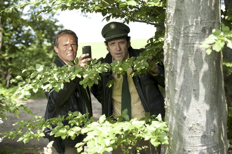 L-R: Hubert (Christian Tramitz) und Staller (Hemlfried von Lüttichau) ermitteln wieder auf Hochtouren – Bild: TMG / Katrin Krammer