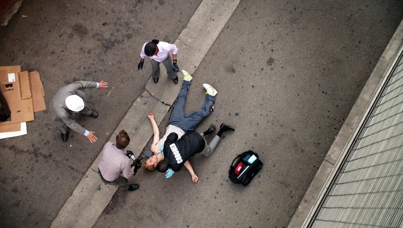 Ein junger Mann stürzt aus dem vierten Stock eines Parkhauses in den Tod. Was zunächst nach Selbstmord aussieht, entpuppt sich nach gründlichen Ermittlungen als Mord. – Bild: VOX
