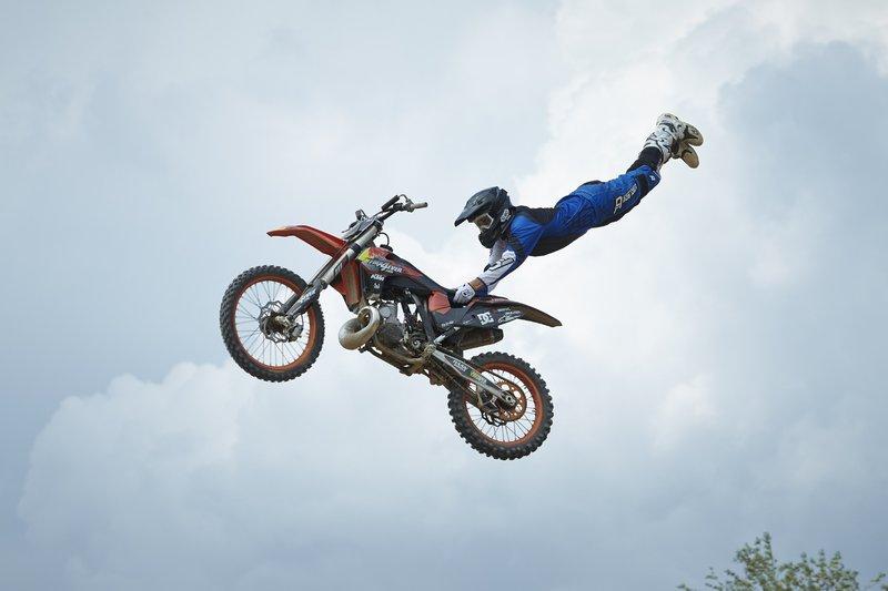 Alex (Stuntman) nimmt die Herausforderung an und muss nun der Stunt-Truppe beweisen, was er an Sprungakrobatik drauf hat... – Bild: Guido Engels Photographie +49 172 2410071