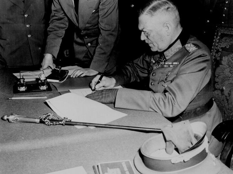 Generalfeldmarschall Keitel unterschreibt die Kapitulation. In Europa ist der Krieg am 8. Mai 1945 beendet. – Bild: ZDF und National Archives.