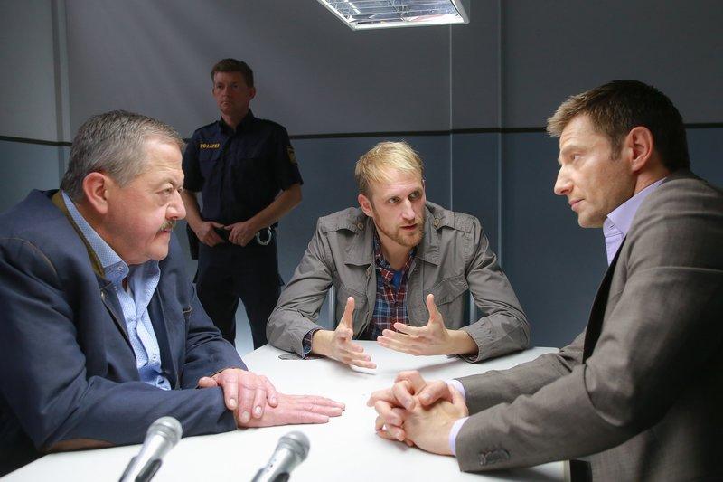 Die Kommissare Hofer (Joseph Hannesschläger, l.) und Hansen (Igor Jeftic, r.) vernehmen Kilian Zimmermann (Maik Rogge, M.), den angeblichen Sohn des Opfers. – Bild: ZDF und Christian A. Rieger - klick.