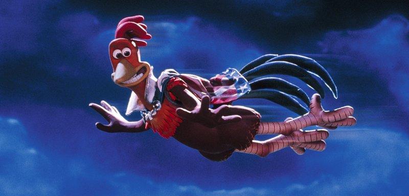 Henne Ginger nimmt fälschlicherweise an, dass Hahn Rocky fliegen kann. Doch eigentlich wird er nur als Zirkusattraktion aus einer Kanone in die Luft geschossen. Als Star unter den Hennen möchte behält er das für sich und wird als fliegender Hahn gefeiert. – Bild: TOBIS Film
