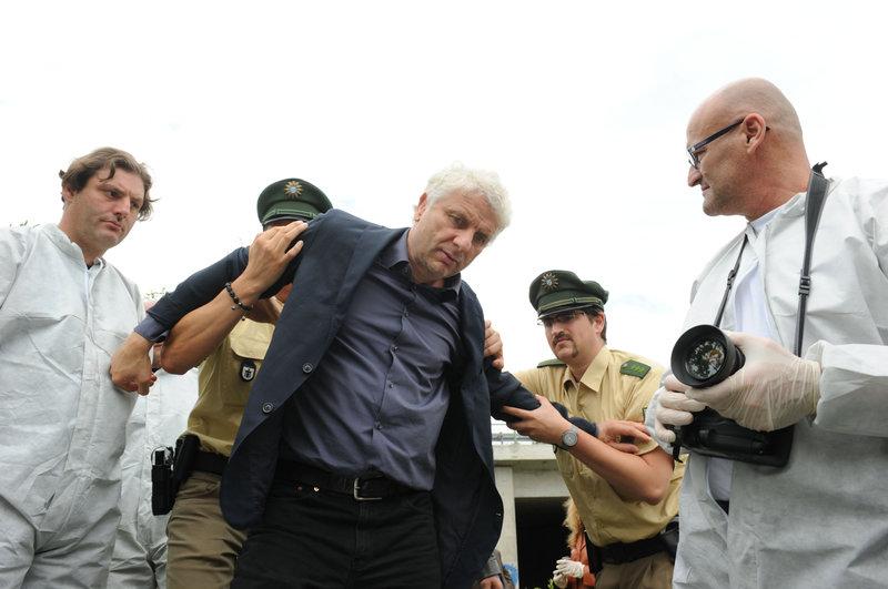 Kriminalhauptkommissar Franz Leitmayr (Udo Wachtveitl, Mitte) mit Kollegen am Tatort. Gisbert ist ermordet worden. – Bild: NDR