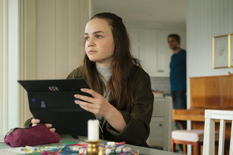 Ben (Pierre Kiwitt) möchte Tina (Gioia Marischka) helfen, die ist aber nicht gut auf ihn zu sprechen. – Bild: ZDF/Arvid Uhlig