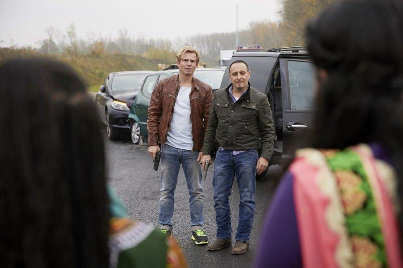 Paul (Daniel Roesner, l.) und Semir (Erdogan Atalay) dachten, sie hätten schon alles gesehen, aber das ist auch für die beiden neu: Dreharbeiten für einen Bollywood Film - mitten auf einer bundesdeutschen Autobahn. – Bild: RTL
