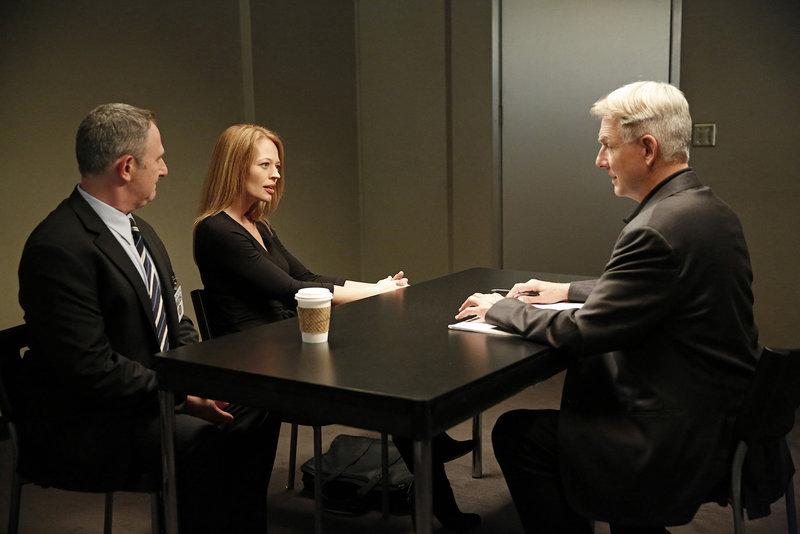 Haben Gene Isaacson (Andy Milder, l.) und Rebecca Chase (Jeri Ryan, M.) etwas mit dem aktuellen Fall zu tun? Gibbs (Mark Harmon, r.) und sein Team versucht dies herauszufinden ... – Bild: Sat.1