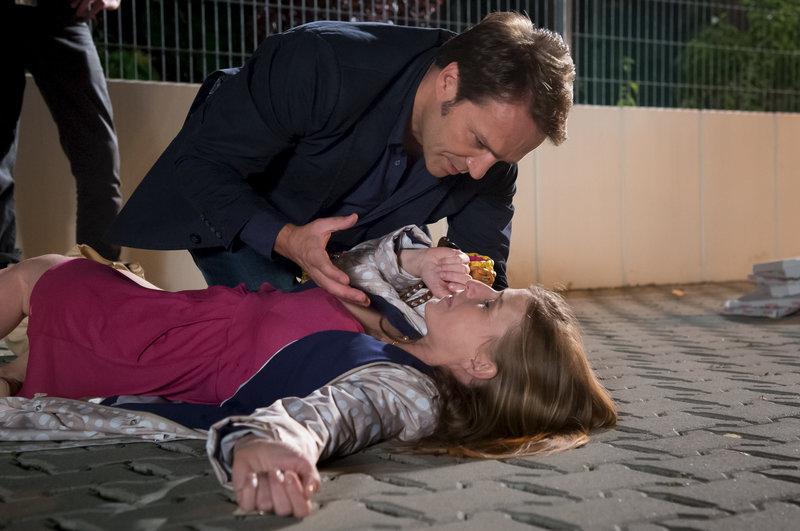 Bert Grün (Mathias Herrmann) Frau Kerstin (Ute Springer) bricht nach einem Elternabend in der Kita plötzlich zusammen. – Bild: ZDF und Uwe Frauendorf