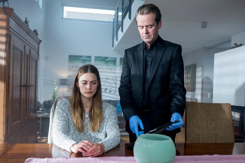 Professor T. (Matthias Matschke) befragt das Au-pair Maren Silke Bäumler (Laura Berlin) zu den Familienverhältnissen und möglichen Konflikten in ihrer Gastfamilie. – Bild: ZDF und Martin Rottenkolber