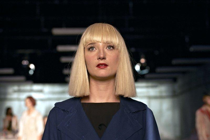 Fine (Stine Fischer Christensen) ist Schauspielerin und bekommt mit Hilfe von Regisseur Friedmann ihre erste große Rolle. – Bild: rbb/SWR/teamWorX/UFA FICTION/Jakob Reinhardt