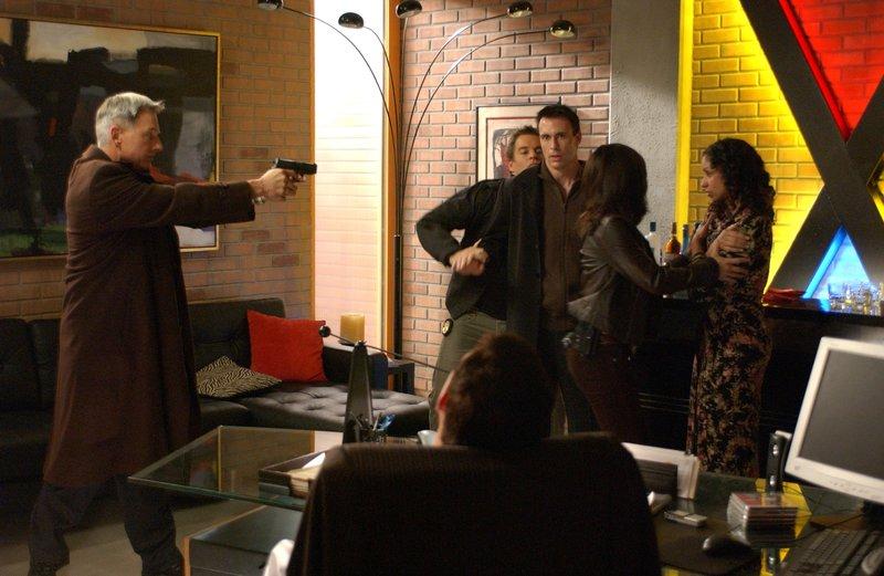 Gibbs (Mark Harmon, l.), Tony (Michael Weatherly, 2.vl.) und Kate (Sasha Alexander, 2.v.r.) sind sich sicher, dass Blue McGinty (Mark Griffen, M.) und Samantha King (Mya, r.) für den Tod von Manda verantwortlich sind ... – Bild: CBS Television Lizenzbild frei