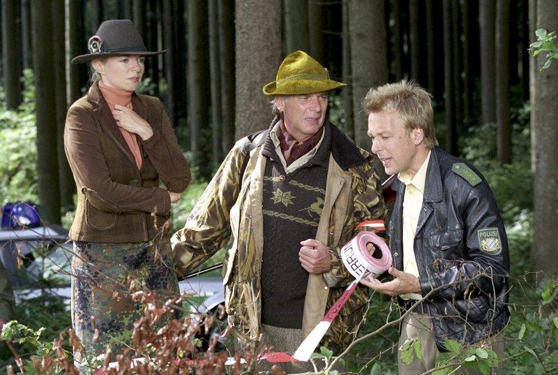 Ein Tatort gehört abgesperrt und an Michi Mohrs (Max Müller, r.) Anweisungen müssen sich auch Elisabeth von Teck (Michaela Merten) und Ferdinand Reischl (Wolfgang Fierek) halten. – Bild: ORF 2