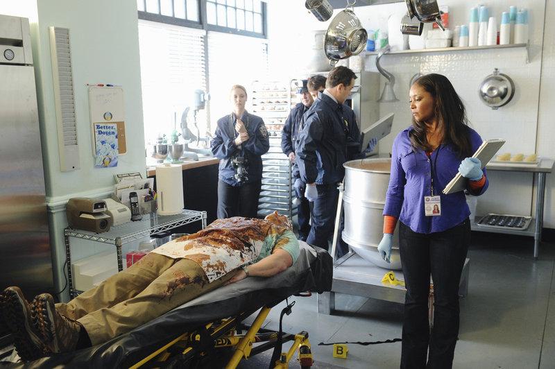 Die Leiche des Cupcake-Bäckers Jimmy wird in einer Teigrührmaschine hängend gefunden. Die Todesursache findet Lanie (Tamala Jones, r.) schnell heraus, doch kann auch der Täter bald gefunden werden? – Bild: © ABC Studios