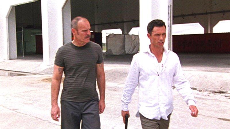 Michael (Jeffrey Donovan, r.) hat eine zündende Idee, wie er Ivans (Andrew Divoff) Vertrauen gewinnen kann. – Bild: RTL NITRO
