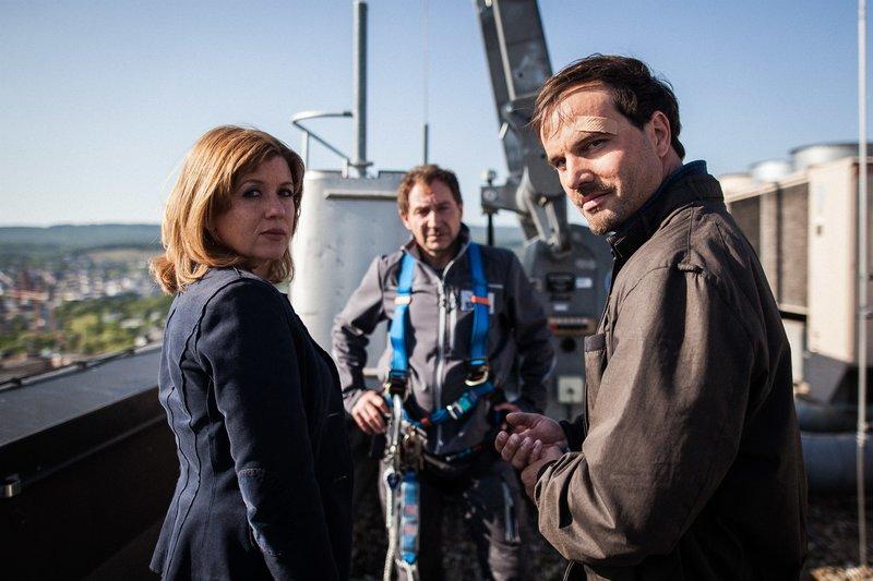 Kerstin Klar (Fiona Coors) und Christian Schubert (Simon Eckert) befragen auch Robert Stein (Thorsten Merten), den Chef der Gebäudereinigungsfirma für die das Opfer tätig war. – Bild: ZDF und Maxim Abrossimow.