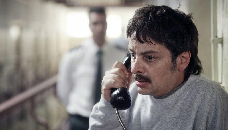 Harry Wörz (Rüdiger Klink) hat ganz unvermittelt die Nachricht bekommen, dass er Haftunterbrechung bekommt. Er ruft seinen Anwalt an, weil er dessen Begleitung braucht, wenn er das Gefängnis verlässt. – Bild: ZDF und SWR/UFA FICTION/Grischa Schmitz