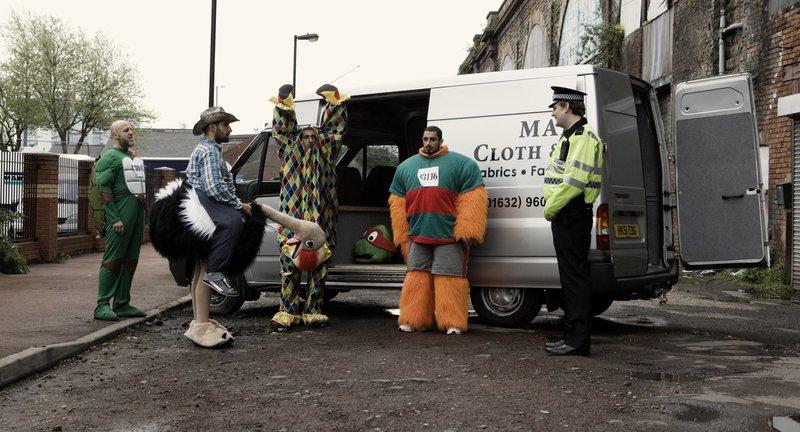 v.l.n.r.: Barry (Nigel Lindsay), Waj (Kayvan Novak), Hassan (Arsher Ali) und Faisal (Adeel Akhtar) werden von der Polizei kontrolliert. – Bild: Wild Bunch Germany GmbH