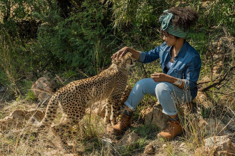 Kira (Thandi Sebe) kümmert sich um einen kranken Geparden. – Bild: ZDF und Emil Wessels.