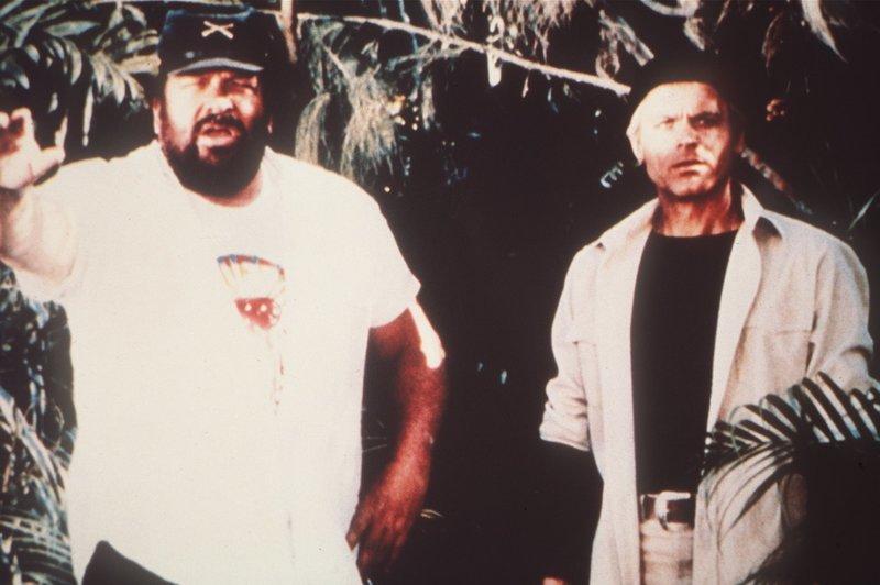 Nachdem Alan (Terence Hill, r.) und Charlie (Bud Spencer, l.) über Bord gegangen sind, erreichen die beiden eine einsame, idyllische Insel. Doch der Schein trügt… – Bild: Tobis Film Lizenzbild frei