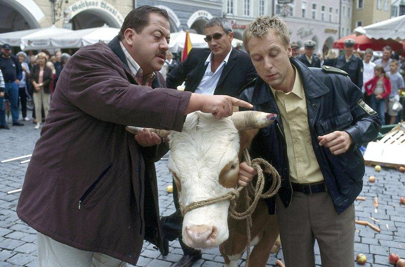Kann die entlaufene Kuh den Cops (v.li.: Joseph Hannesschläger, Markus Böker, Max Müller) weiterhelfen? – Bild: ORF 2