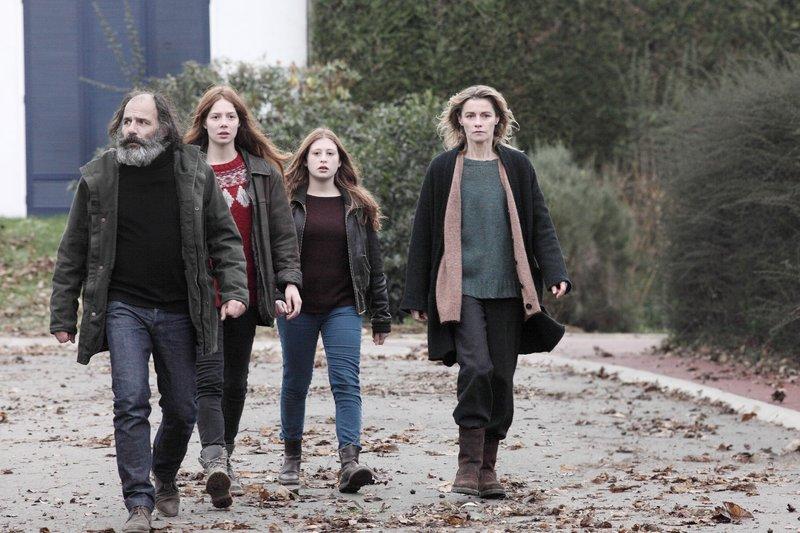 V.l.: Jérôme (Frédéric Pierrot), Léna (Jenna Thiam), Camille (Yara Pilartz), Claire (Anne Consigny) – Bild: RTL Crime