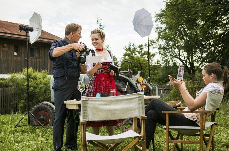 Der Fotograf Benedikt Bär (Axel Röhrle, links) ist begeistert von Lena Winter (Klara Deutschmann, Mitte). Emily Müller (Chiara von Galli, rechts) ist hingegen misstrauisch. – Bild: ARD/BR/TMG/Chris Hirschhäuser