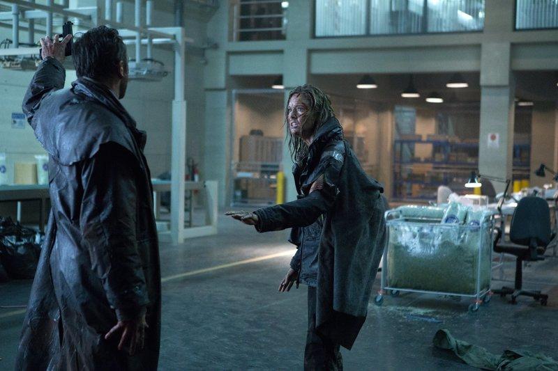 Casey (Maggie Grace, r.) und Perkins (Ralph Ineson, l.) geraten immer wieder aneinander. – Bild: ZDF und Adriana Yankulova./Adriana Yankulova