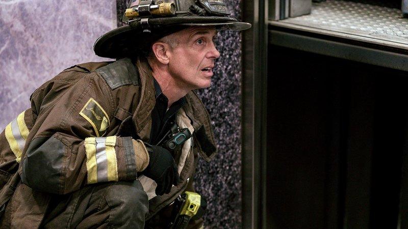 Chicago Fire Staffel 7, Folge 2 Er beobachtet den Lift: David Eigenberg als Christopher Herrmann. Copyright: SRF/NBC Universal – Bild: SRF/NBC Universal