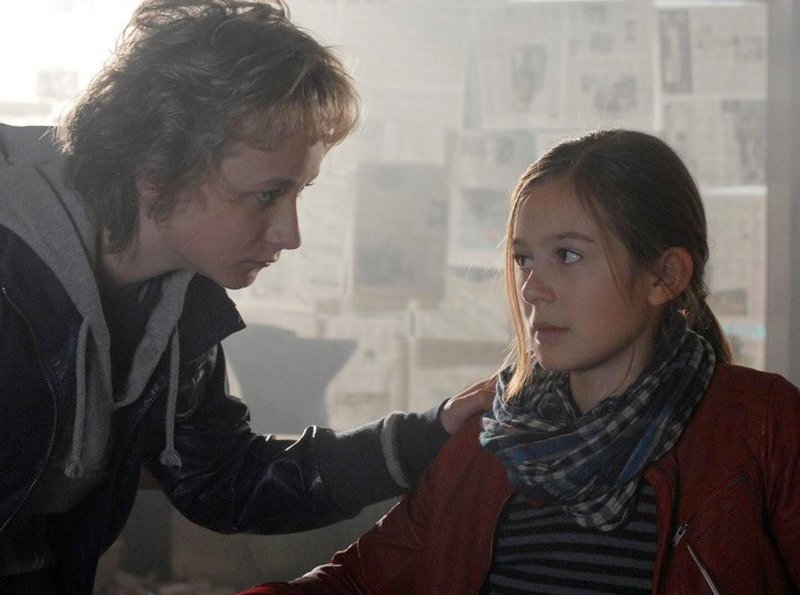 Rasmus (Julian Winterbach) macht sich Sorgen um Lina (Lale H. Mann) – Bild: NDR/Romano Ruhnau