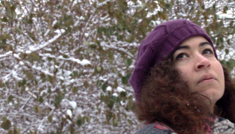 Mona, die sich nach einer Jugend in Palästina die Freiheiten westlicher junger Frauen erst erkämpft hat, sieht sich durch eine Erkrankung auf einmal sehr konkret mit der Frage konfrontiert, die ihre Altersgenossinnen immer wieder wegschieben: Wie lange kann ich mich entscheiden? – Bild: WDR