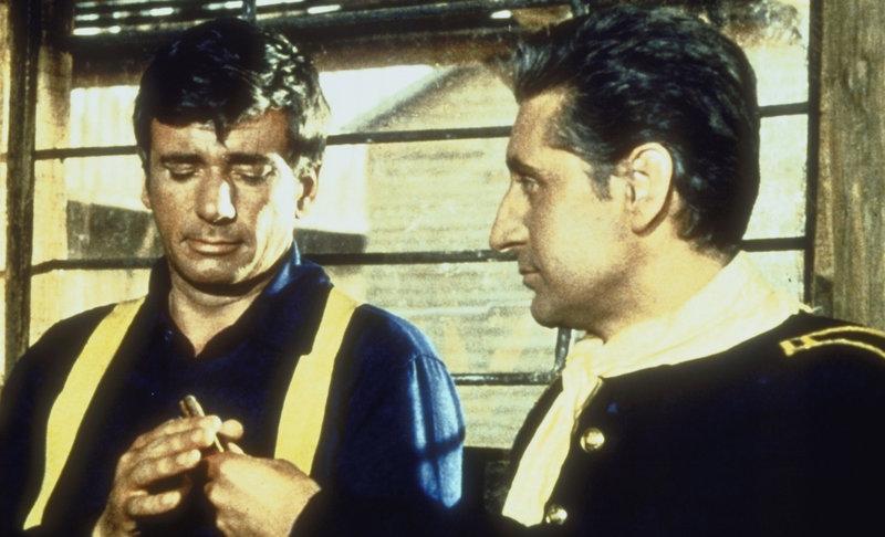 Sergeant Tony Garnett (Richard Wyler, l.) wird fälschlicherweise des Mordes angeklagt und zum Tode verurteilt ... – Bild: Showtime Networks Inc. Lizenzbild frei