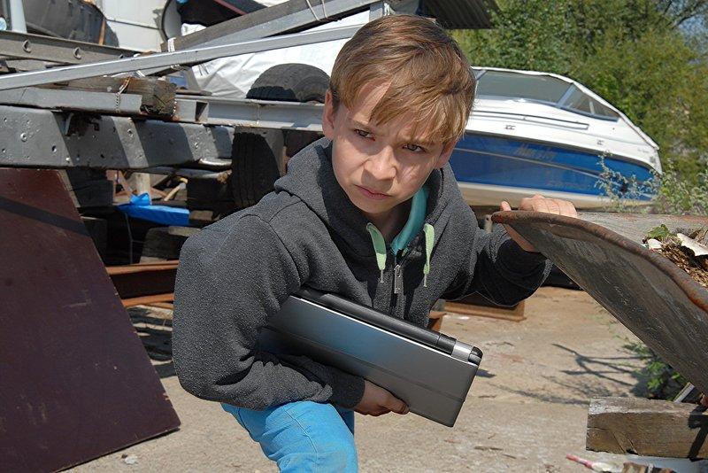 Klein, aber gemein: Leif (Niklas Post) versteckt seinen Laptop auf dem Gelände der Bootslagerei und macht Anton damit zum Hauptverdächtigen. – Bild: NDR/Romano Ruhnau